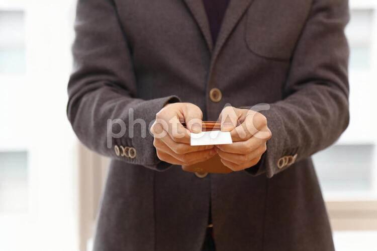 名刺交換の手元の写真