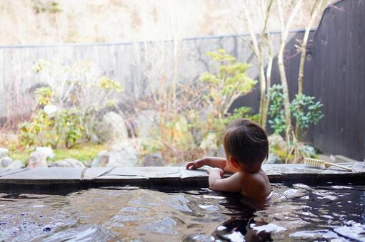 温泉宿で温泉に入って景色を眺める赤ちゃん(1歳児)