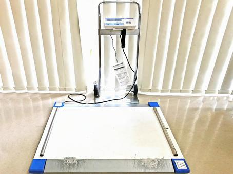 Weighing scale which can be measured with wheelchair