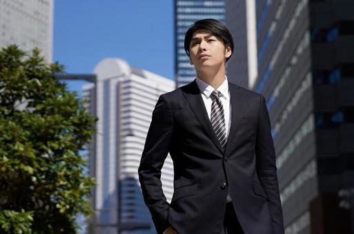 오피스 거리를 걷는 일본인 남성 사업가