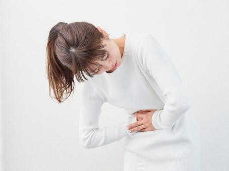 급격한 복통을 느끼는 여성의 이미지