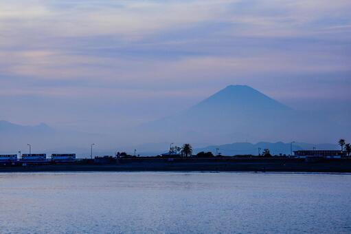 가마쿠라 해안에서 보이는 후지산의 실루엣