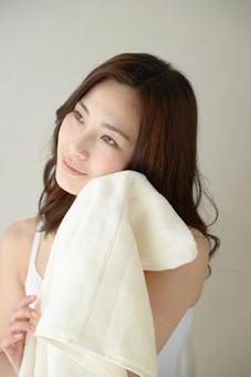 수건으로 얼굴을 닦는 여성 13