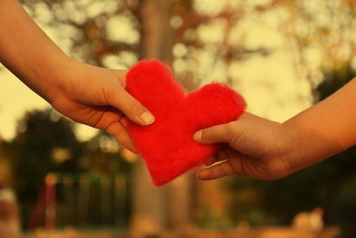 공원에서 하트를 보내는 아이들의 손