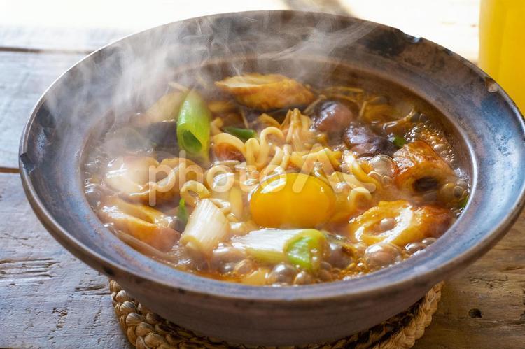 味噌煮込みうどんを食べるの写真