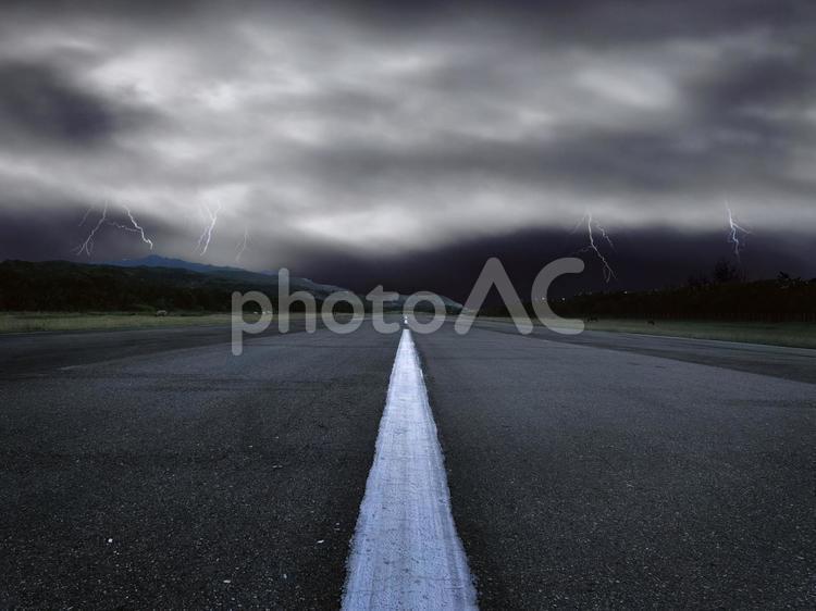 雷と道路の写真
