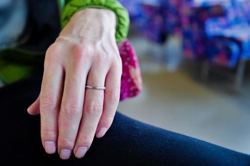 약혼 반지를 붙인 남성