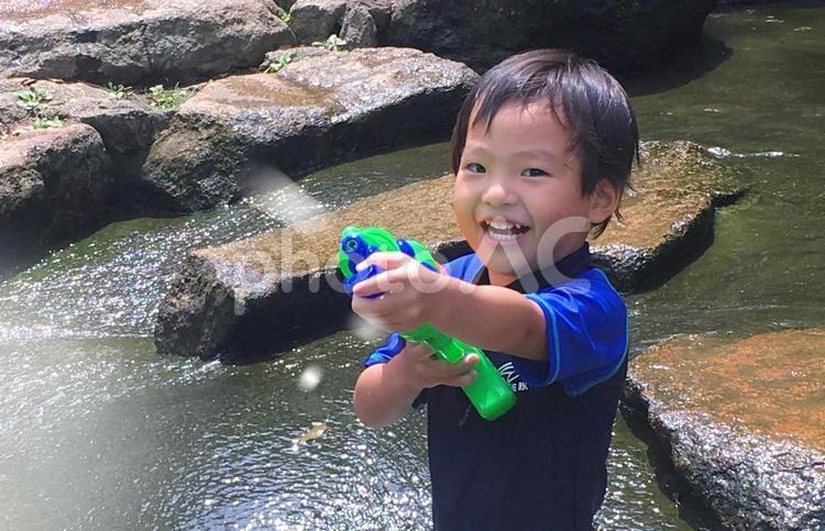水遊びで楽しそうな子供の写真