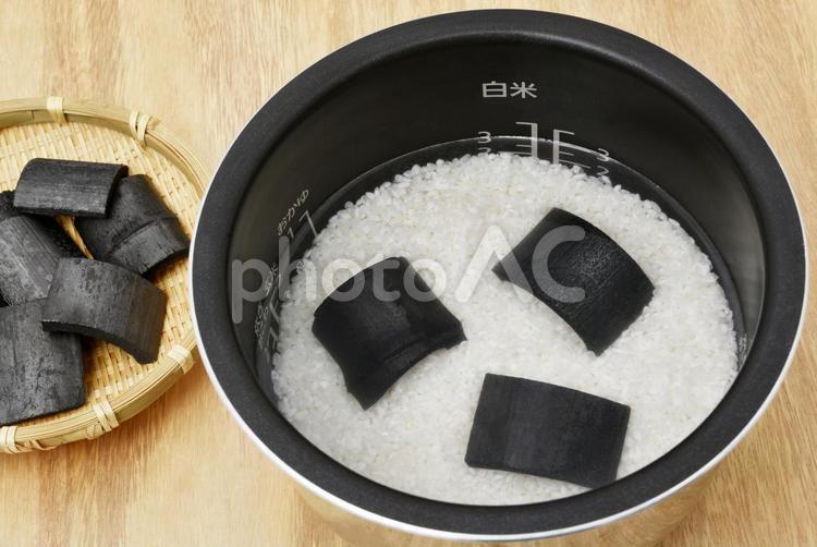 竹炭を入れてお米を炊く(炊飯前)の写真