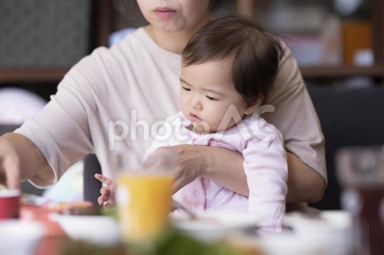 離乳食を食べる赤ちゃんの写真