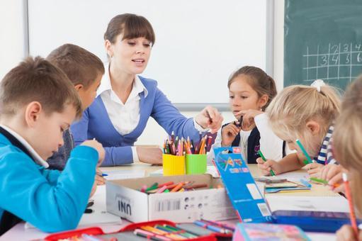 小学学生和教师19日在书桌的研究