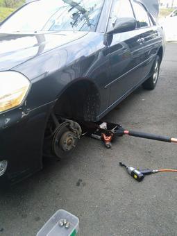 汽车轮胎更换在修理厂的地方