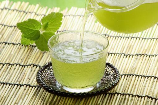 Pour cold tea