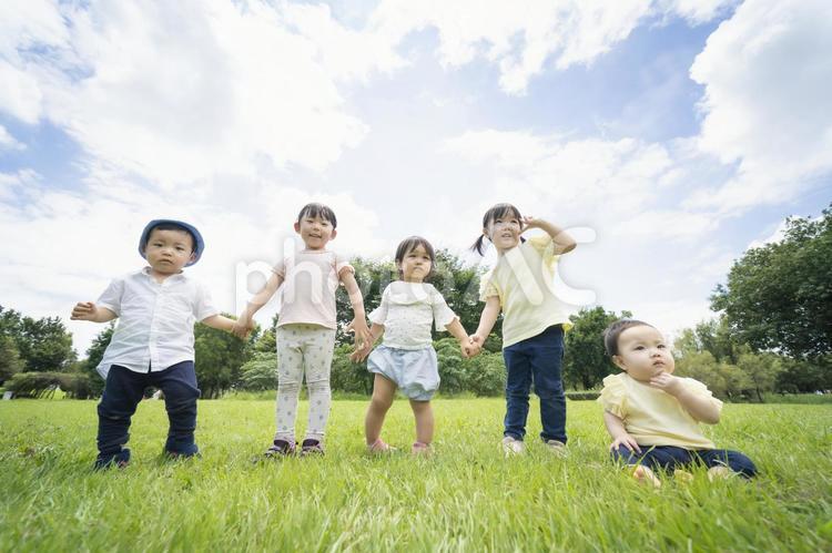 青空の下で遊ぶ子供たちの写真