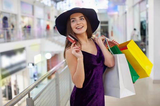 婦女在購物時用很多紙袋45