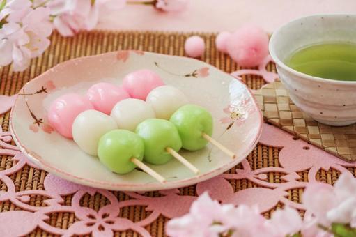 Fun cherry-blossom viewing and dumpling