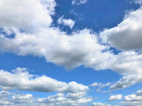 Clear sky and white clouds on a sunny day