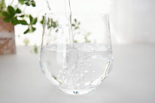 쏟아지는 물
