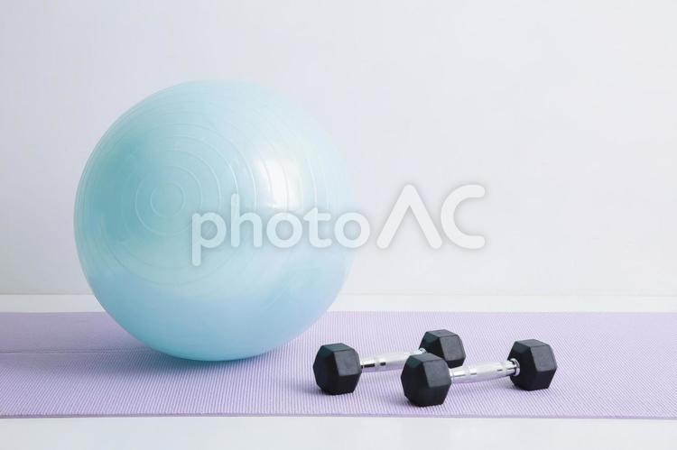 バランスボールとダンベルの写真