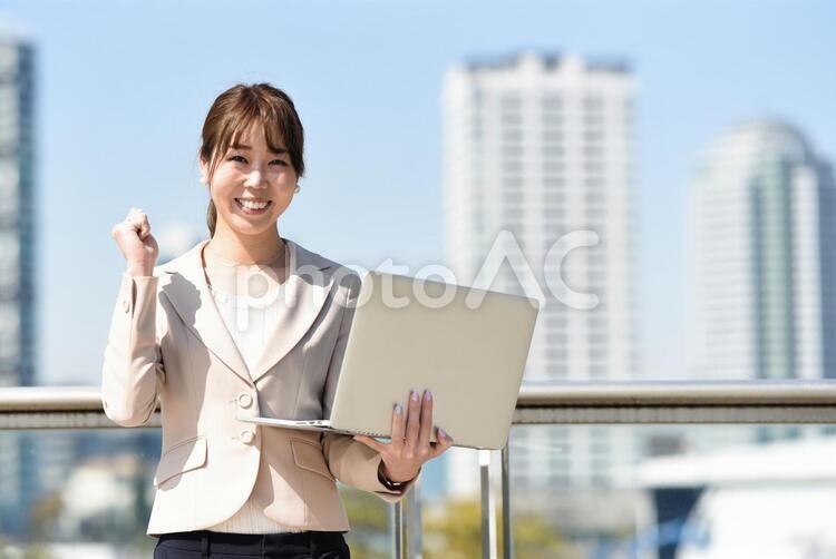 PCを持つ女性の写真