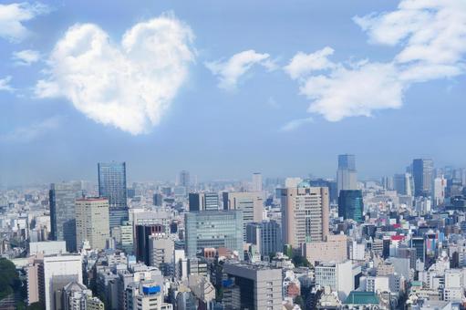 도쿄의 거리 풍경과 하트 모양의 구름