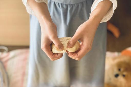 빵을 뜯는 사람