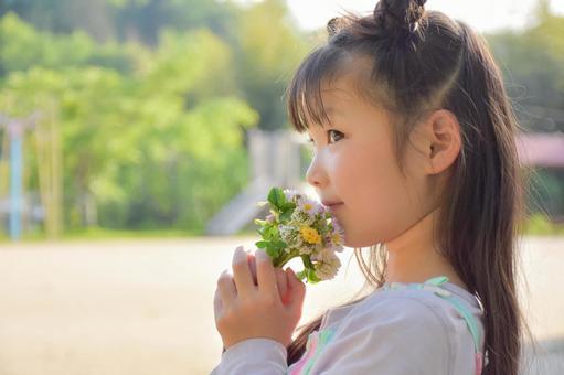 귀여운 꽃과 어린이