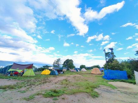 藍藍的天空中的免費站點露營地