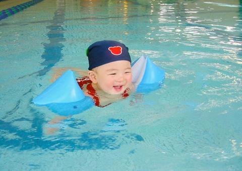 Baby swimming 1