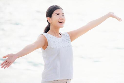 여성의 건강 이미지 하얗게 빛나는 바다 배경