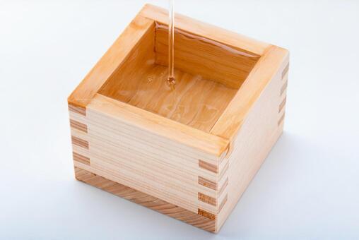 Image of sake (pouring sake into a bowl)
