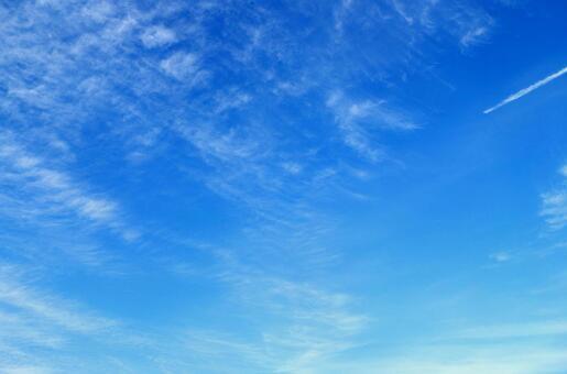 秋天的天空和飛機雲