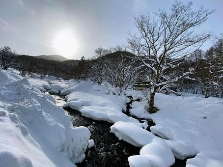 冰雪覆蓋的山區河流早晨