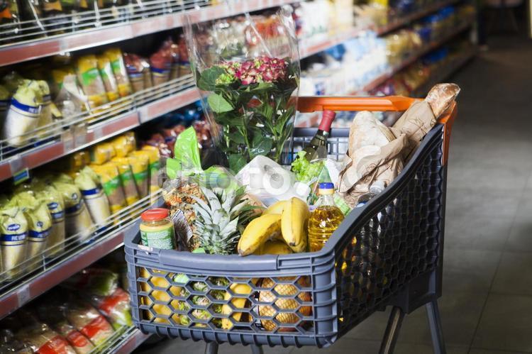 スーパーの買い物カゴ3の写真