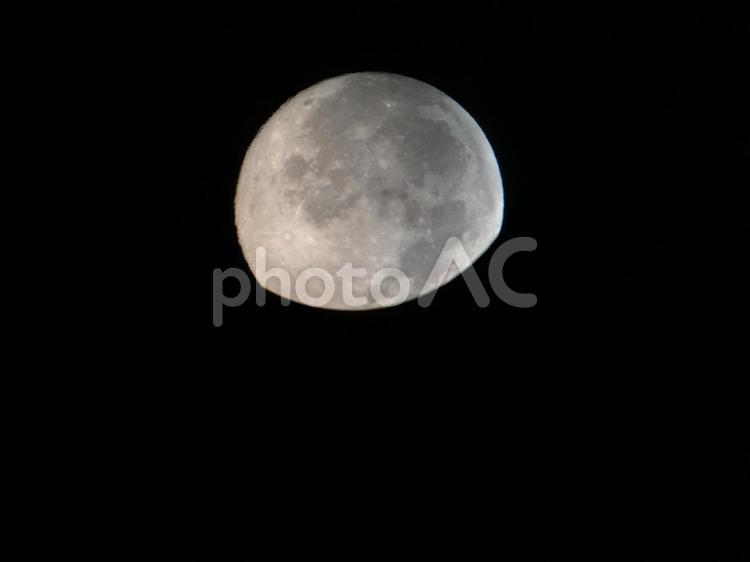 天体望遠鏡にのぞけば月が見えるの写真