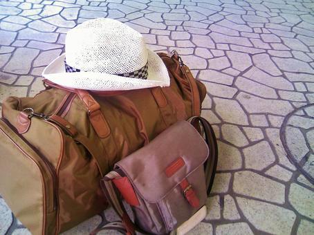 여행 가방과 모자