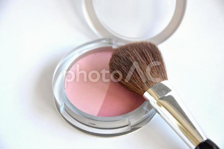 チークブラシとピンク系チークの写真