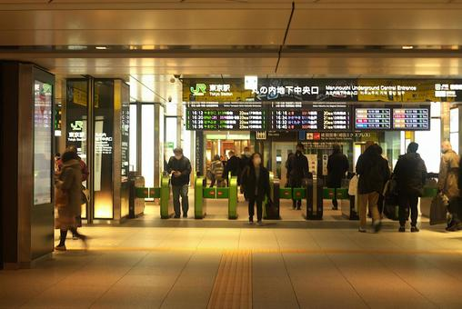 Outside the Tokyo Station ticket gate under a state of emergency (Marunouchi underground central ticket gate)