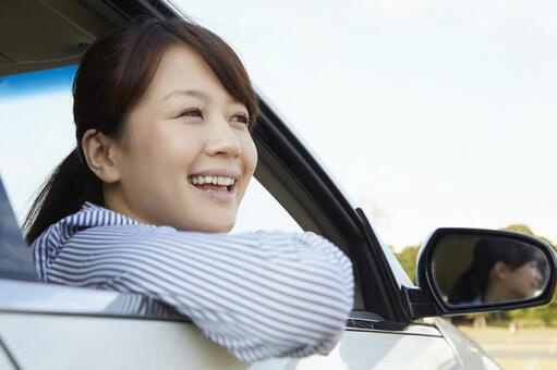 A woman who takes a face out of the window of a car 4