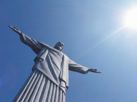 站立在里約,巴西基督雕象的雕像在Corcovado