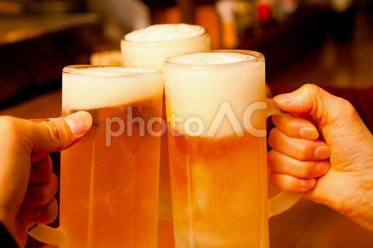 ビールで乾杯の写真