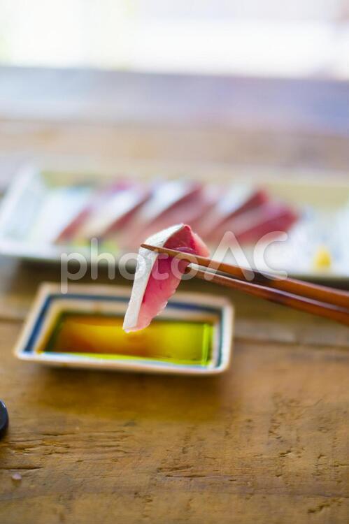 ハマチのお刺身を食べるの写真