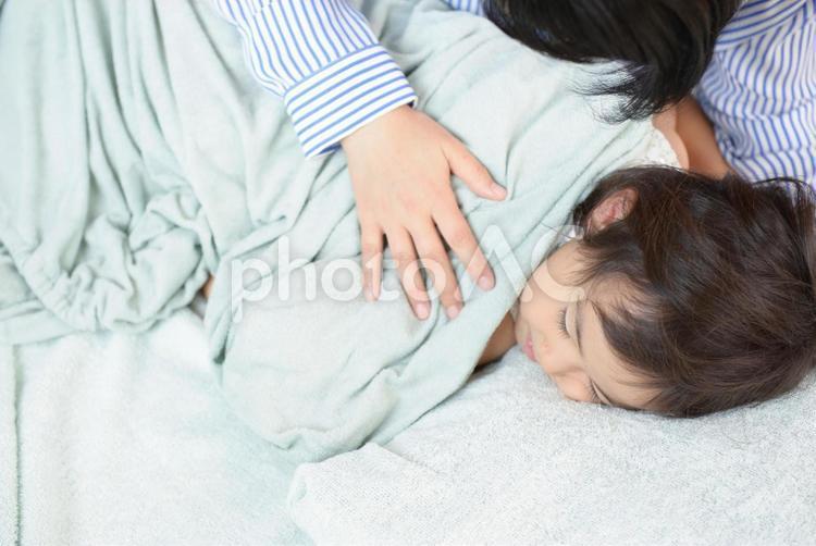 母と子 お昼寝6の写真