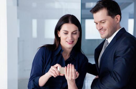 스마트 폰 화면을 보여주는 비즈니스 우먼 3