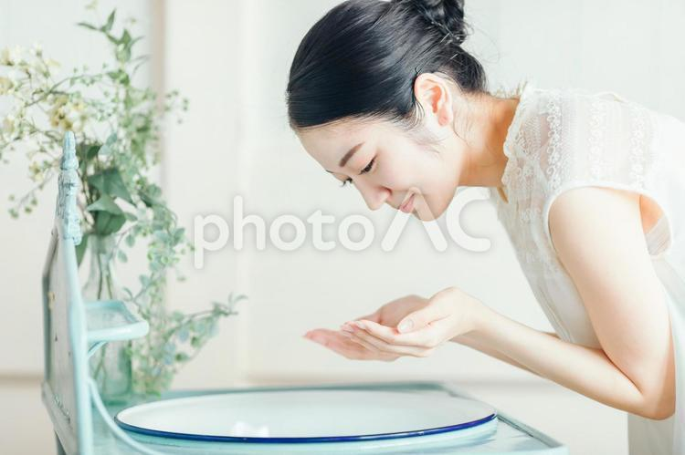 洗顔・スキンケアする女性の写真