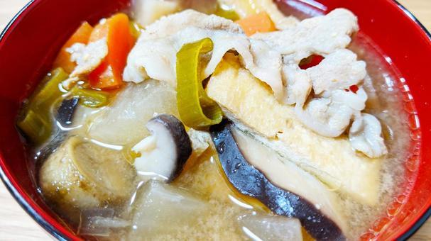 很多蔬菜豬肉湯的特寫照片