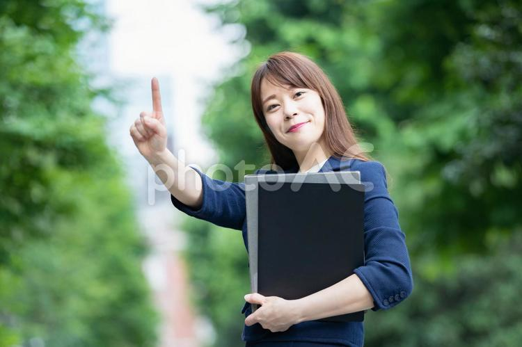 「1」と指を立てるビジネスウーマンの写真