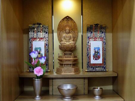 부처님의 불상과 양쪽의 족자