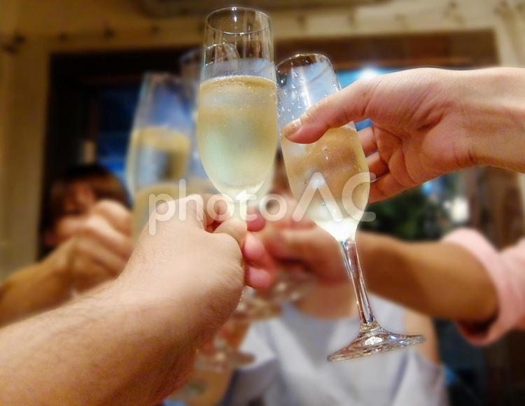パーティーで集まった友達とシャンパンで乾杯の写真