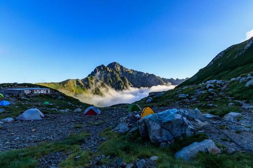 새벽 剱沢 캠프장 텐트와 剱岳